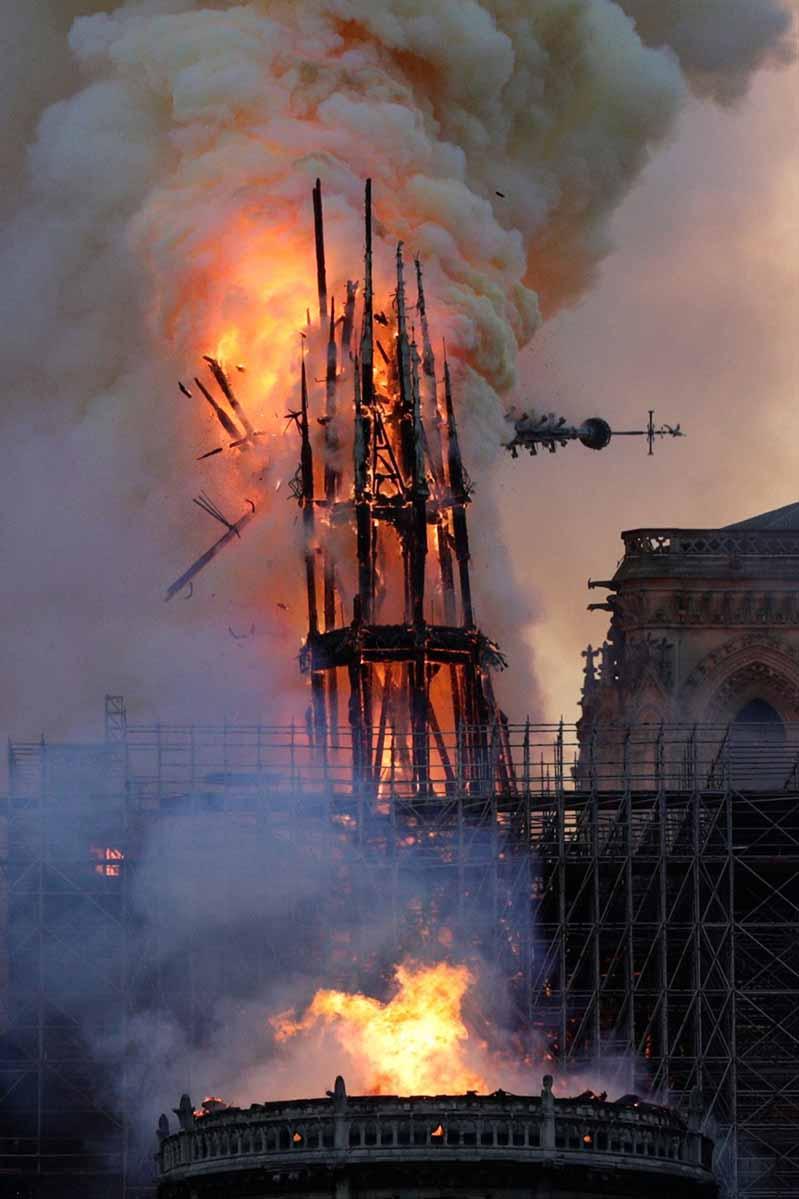 巴黎圣母院大教堂于4月15日燃烧