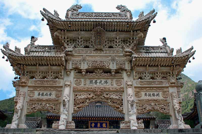 在龙泉寺前面的拱道在五台山.jpg