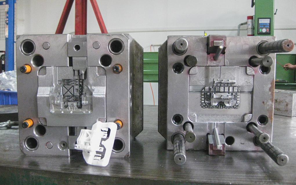 用于生产大量塑料零件的工业注塑模具.png